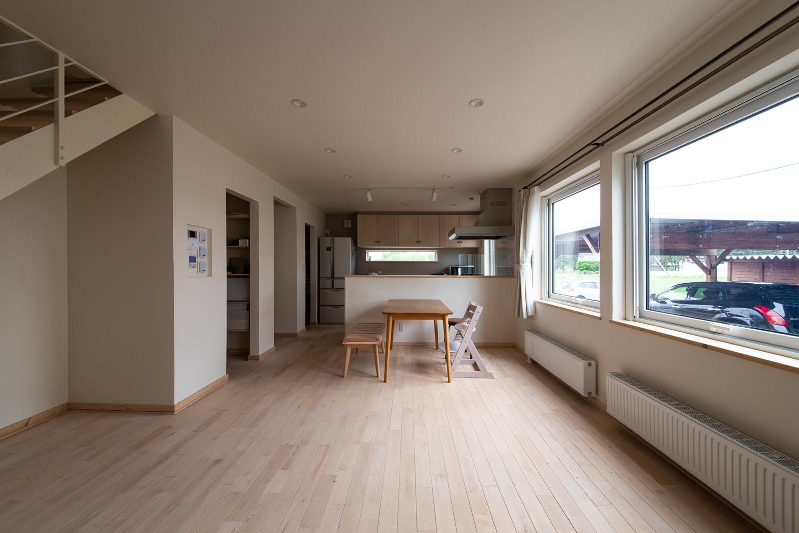 窓があるところに設置することで、外からの冷気を防ぎ、室温が多少低めでも暖かく感じられる。結露の予防にもなる