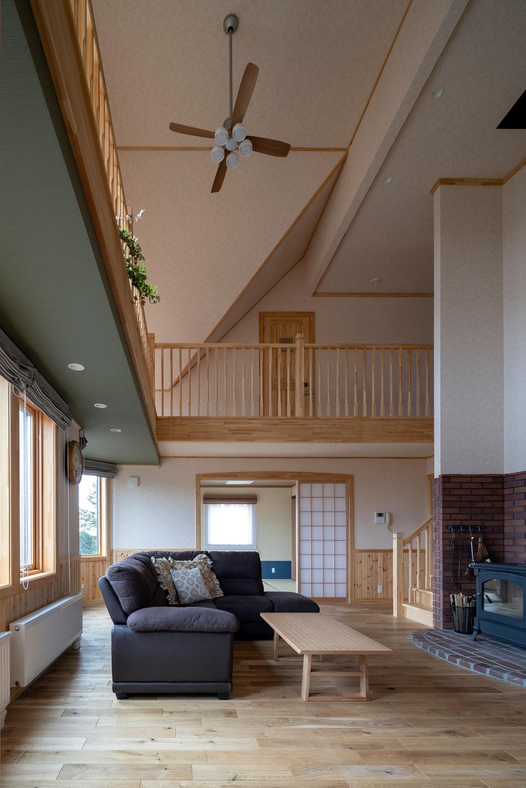 主暖房としてリビングと個室にパネルヒーターを設置し、補助暖房で薪ストーブを導入したケース