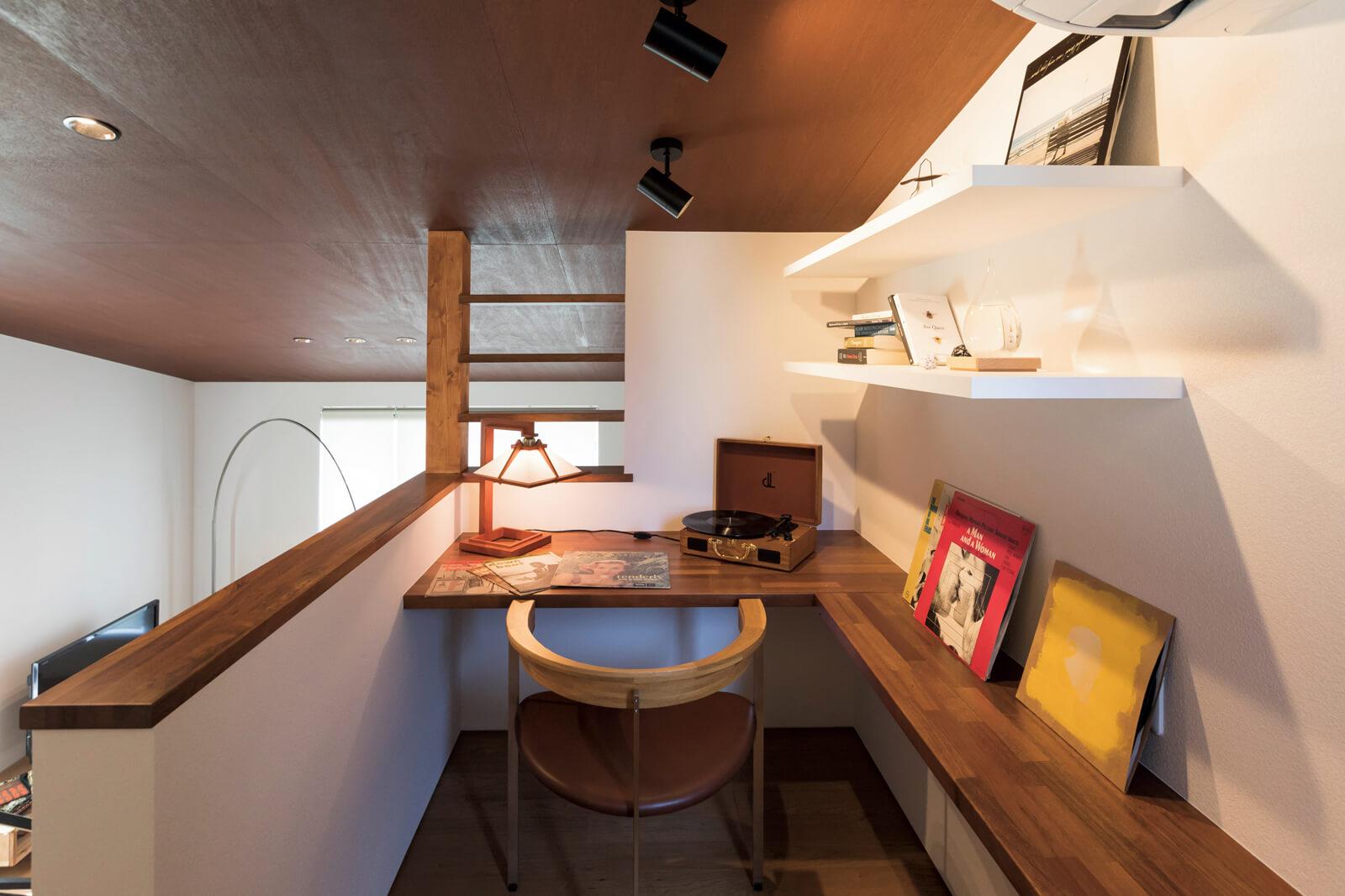 リビングを望める階段の上には、秘密基地のような書斎コーナーが。 オープンながらもこもれる空間だ