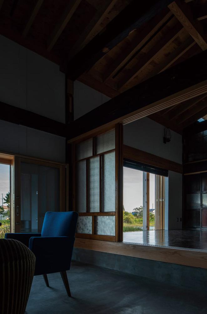 土間に置いた家具は弘前市の古家具店greenfurnitureで買い揃えたもの