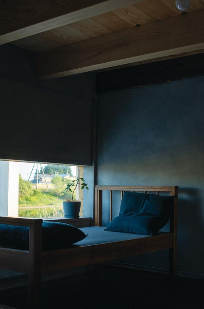 廃業した銭湯から譲り受けたという畳ベッドの木枠にブルーグレーの畳表の畳をオーダーしてはめ込んだ
