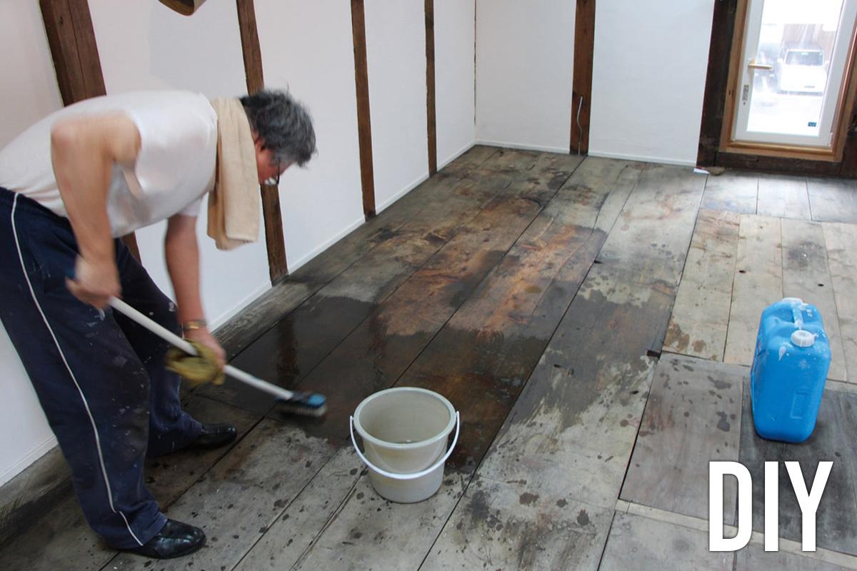 床を再利用するため、お父さんがデッキブラシで磨いてオイルで仕上げた