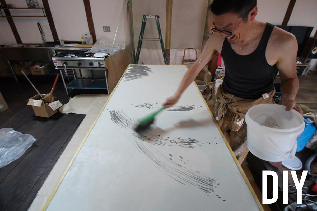 長さが2.4mもあるとっておきの大テーブルの天板と、レンジフードまわりの壁は、Yさんと富樫さんがモールテックスでDIY