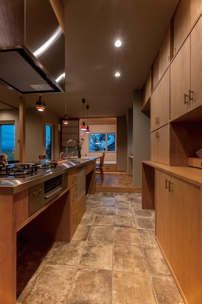 キッチンからの目の高さ、造作収納の使い勝手、小上がりとの連続性など細部まで考え抜かれたプランニング
