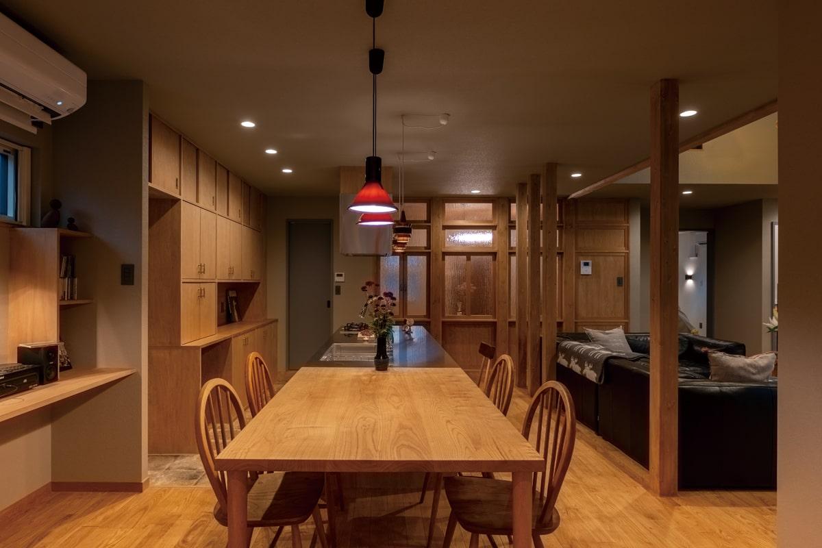木や型ガラスの素材感、アンティーク照明が独特の空気感を醸し出す。「壁」も大きな見どころで、単なる白壁の部屋はひとつもない