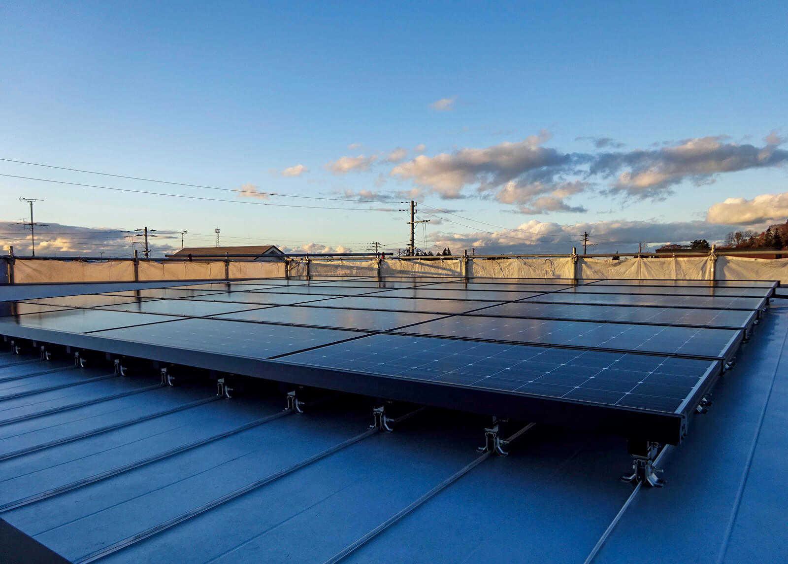 無落雪屋根に太陽光発電パネルを搭載し、ゼロエネ住宅を実現
