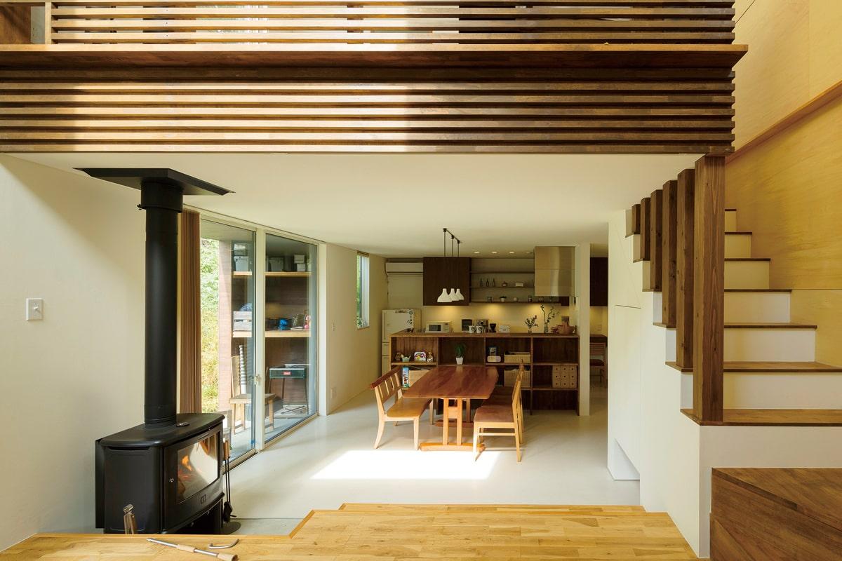 住まいの中心に薪ストーブを据えた設計。床はPタイル+ナラ無垢フローリング