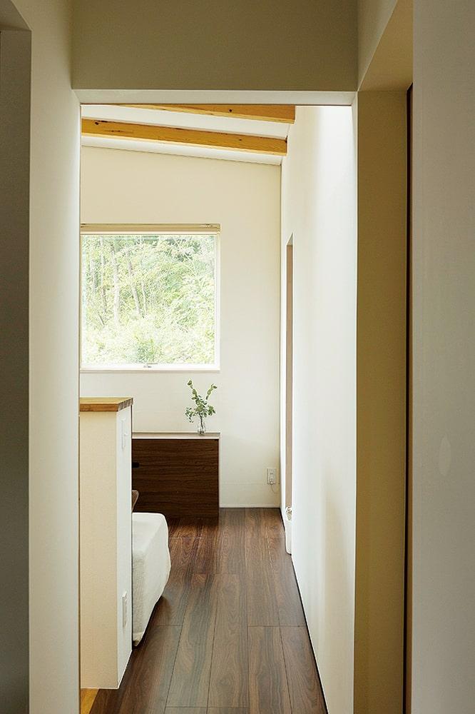 2階ホール。この窓から眺める四季折々の森の風景は、ご主人の一番のお気に入り
