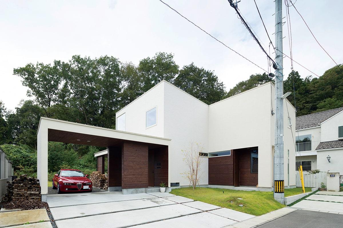 森に寄り添うように建つSさん宅。実際の建坪以上に大きく見えるのはデザインの妙