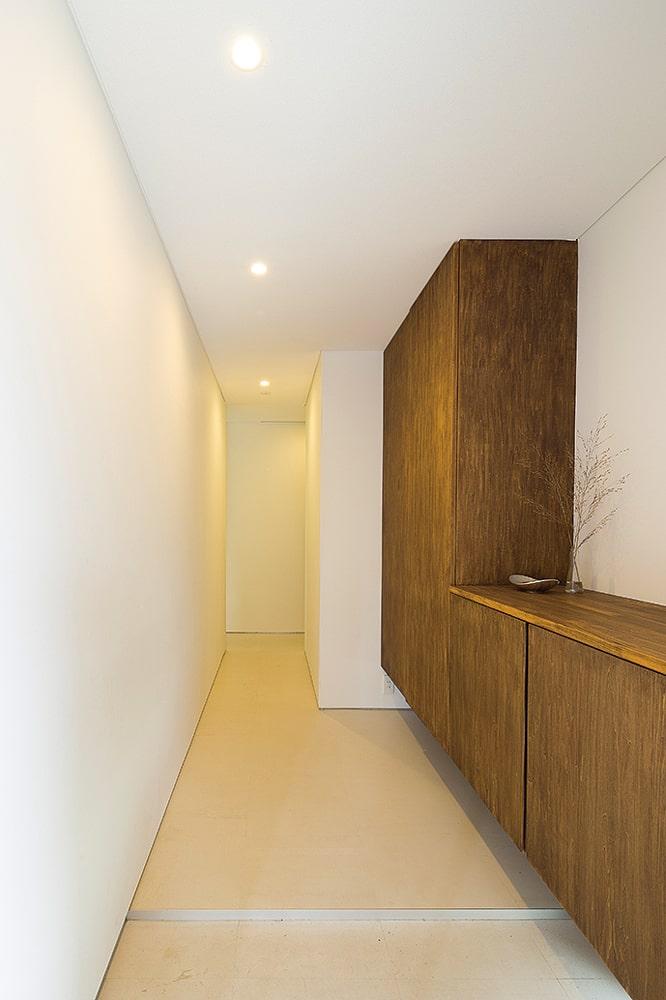 すっきりシンプルな玄関。造り付けシューズクロークも収納力たっぷり