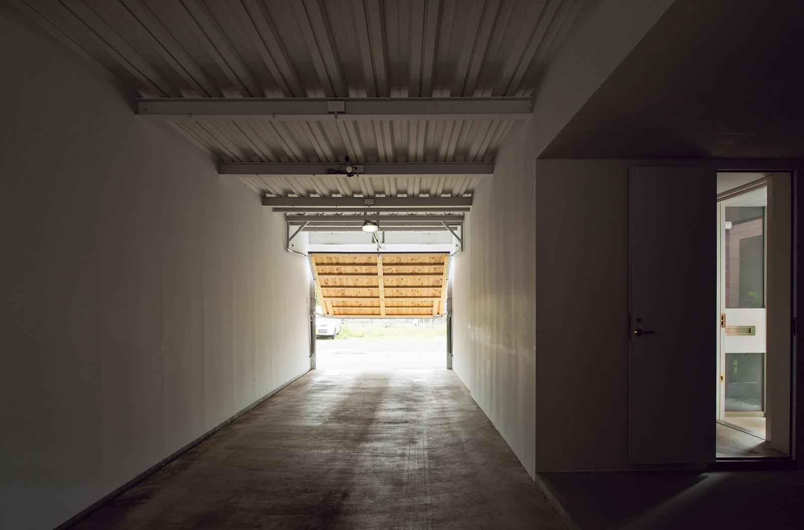 最大で車3台を収納できる全長15mのガレージ。キャンプなどのアウトドア用品の収納・整理のほか、日用品などの保管にも重宝。右手のドアからも玄関にアクセス可能
