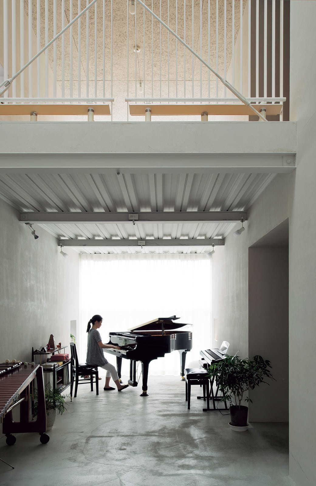 1階から階段を上がるとまず広間に出る。正面の北向きの窓、そして、上部の吹き抜けに設けた天窓から射す光が白をベースに仕上げた空間に広がる