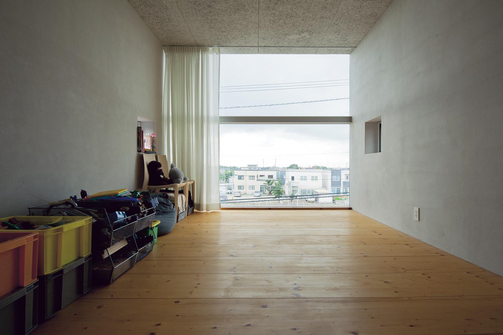 3階にある子ども部屋は床をフローリングに。北側の安定した採光と遠くまで見渡せる抜群の開放感、そして眼下には線路が