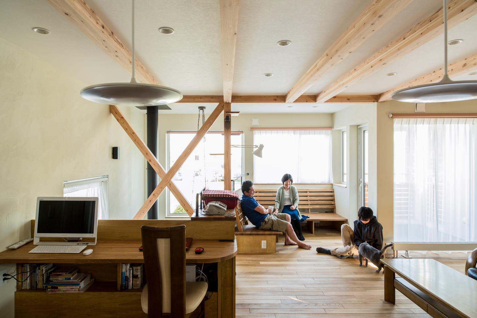 2階のリビングは開口部がふんだんに設けられ、明るく風通しのいい空間に。柱の一部をキャットツリーにしている