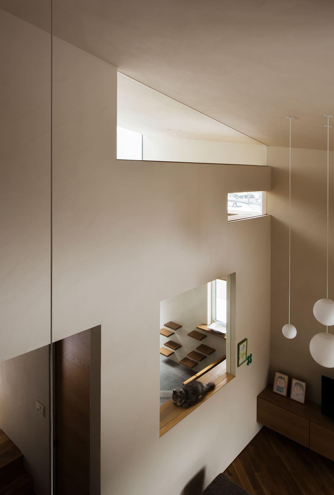 リビングの採光窓を兼ねる天井下の開口にもガラスを入れ、アレルゲン対策は万全