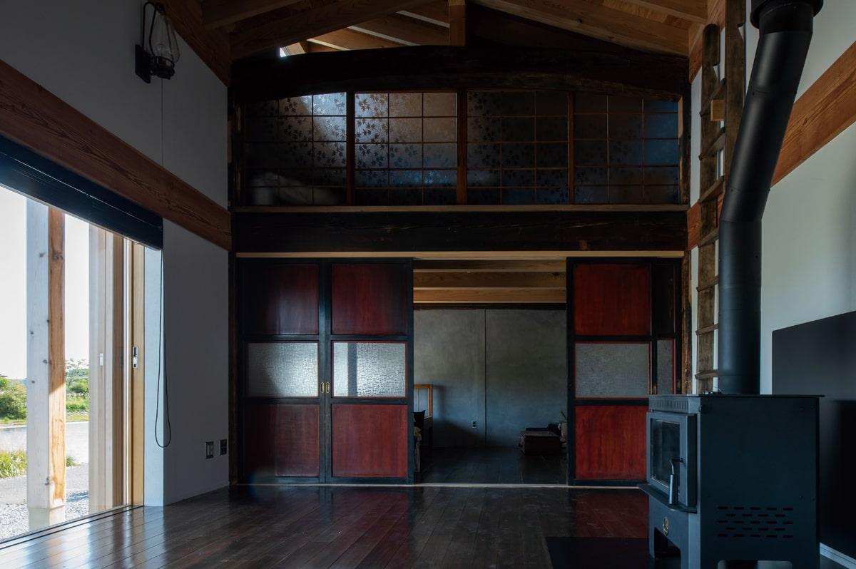梁、柱、床板、建具は親戚宅から譲り受けたものをパズルを組み合わせるように使用