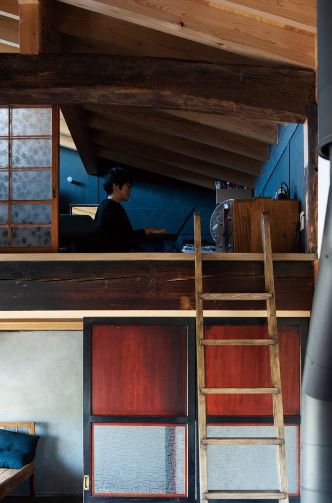 こぢんまりして落ちつく屋根裏に、パソコンを持ち込んで仕事をすることも。上り下りは梯子で