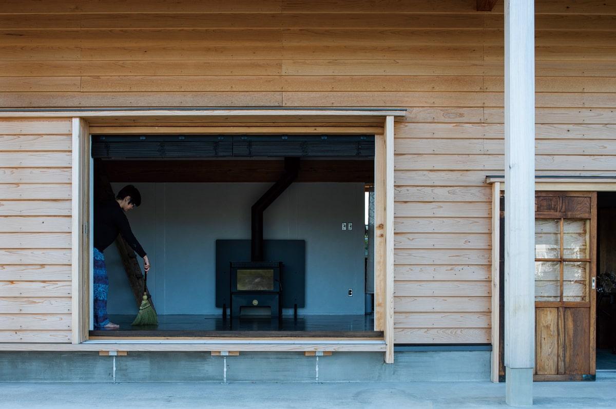 レンタルスペースとして使用予定の広間。床は建具の色に合わせて塗装した。正面に見える薪ストーブひとつで家全体が暖まる