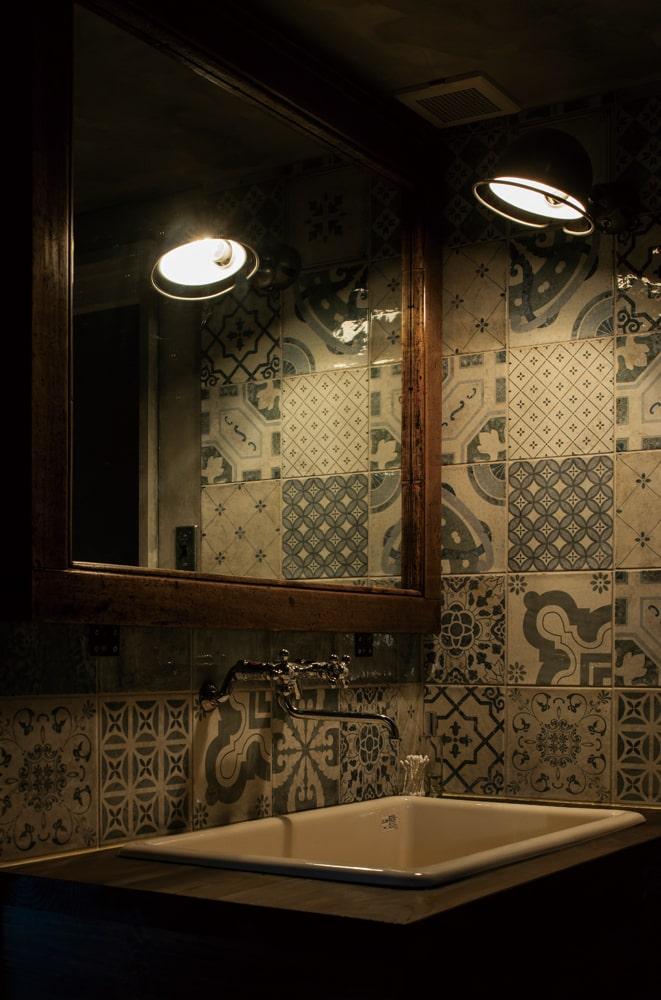 洗面スペースの壁の鏡はgreenfurnitureに依頼して囲炉裏の枠をリメイクしたもの