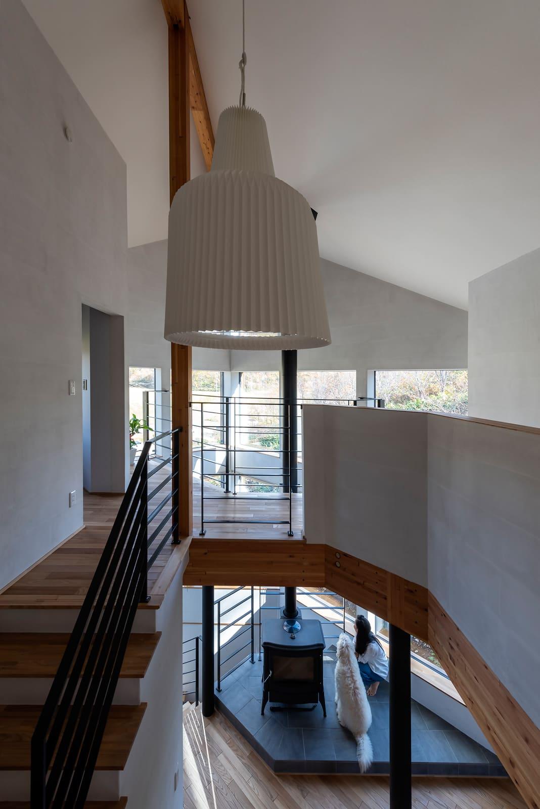 階段脇も吹き抜けになっているので、室内の開放感も抜群。3階の廊下でも景色が楽しめる