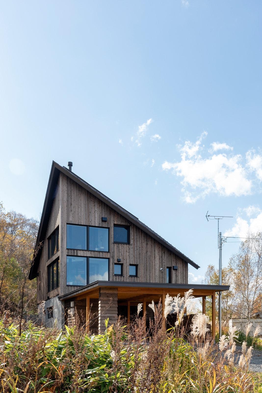大屋根のアプローチ側からみた外観。羊蹄山を存分に楽しめる大開口と45度回転させた屋根が特徴的