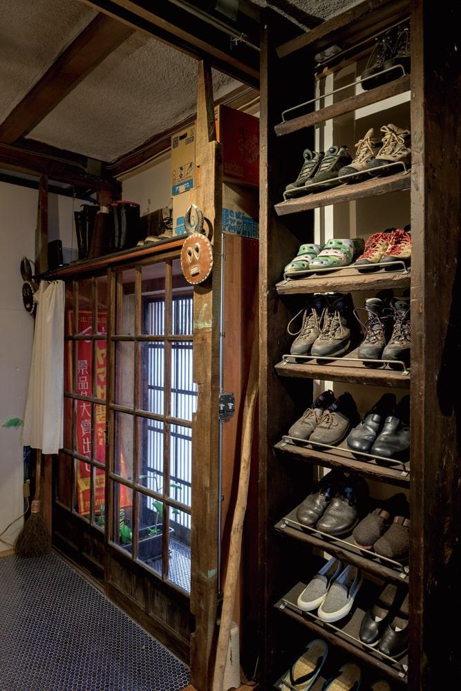 愛用の靴が整然と並ぶ収納棚は、外された既存の階段を再利用したもの