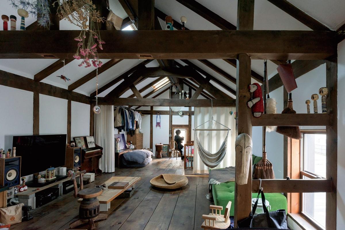幅の広い既存の床板が、歴史ある建物ならではの存在感。壁と天井はウレタンの吹き付けで断熱を施し、DIYで珪藻土を塗って仕上げ、蔵らしさを感じさせる。リビングと寝室は、カーテンで緩やかに仕切れる設計に