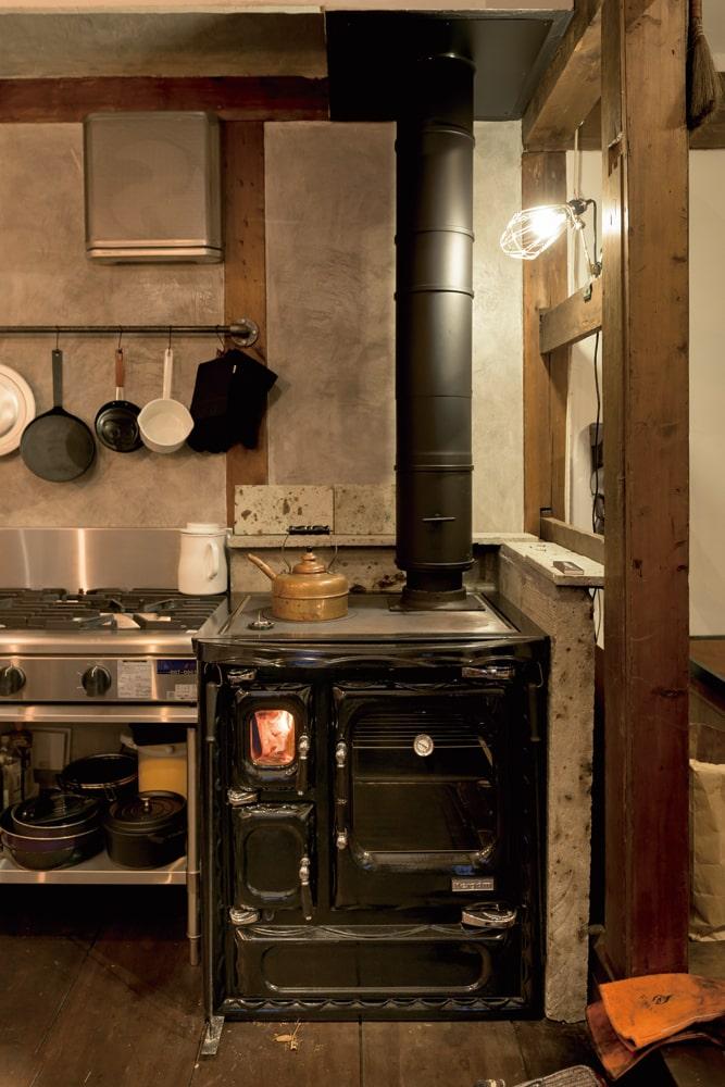 はるばるスペインから運ばれてきたクッキングストーブに、Yさんは一目惚れ。調理と暖房を兼ねるこのストーブは、使ってみると思った以上に重宝しているそう