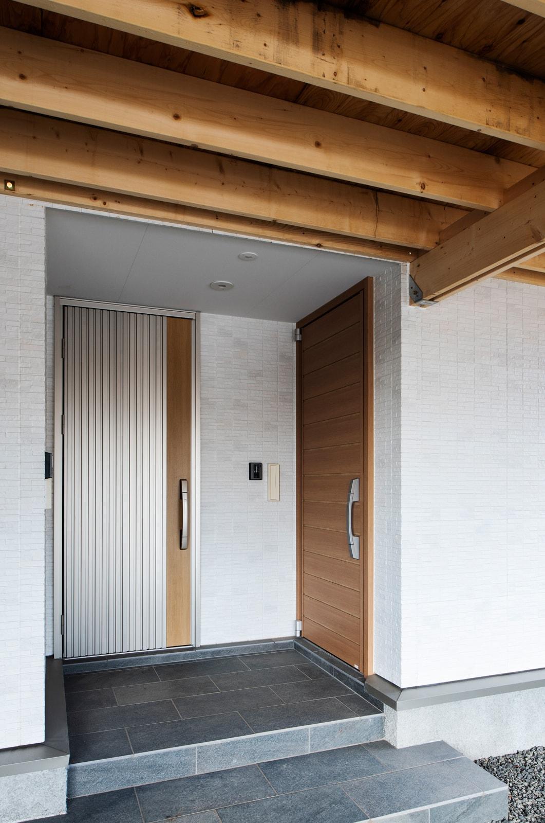 玄関ドアは世帯ごとに分けている。正面に見えるのが親世帯で、右側にあるのが子世帯