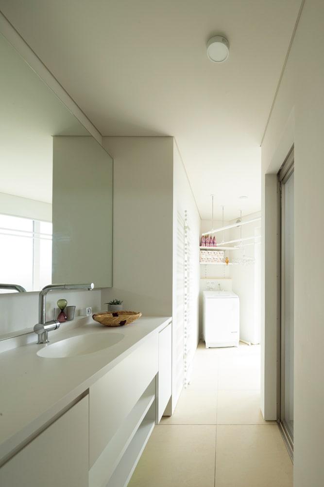 洗面とバスルームの先には室内干しができる空間を設け、キッチンを含めた家事動線がコンパクトにまとめられている