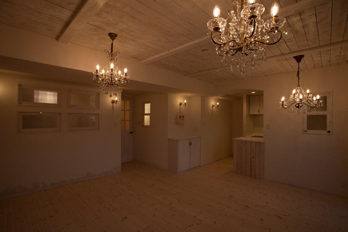 シャビ―な空間にしたいとの施主リクエストで、天井や壁にはあえて荒材を使用し、エイジング塗装を施した