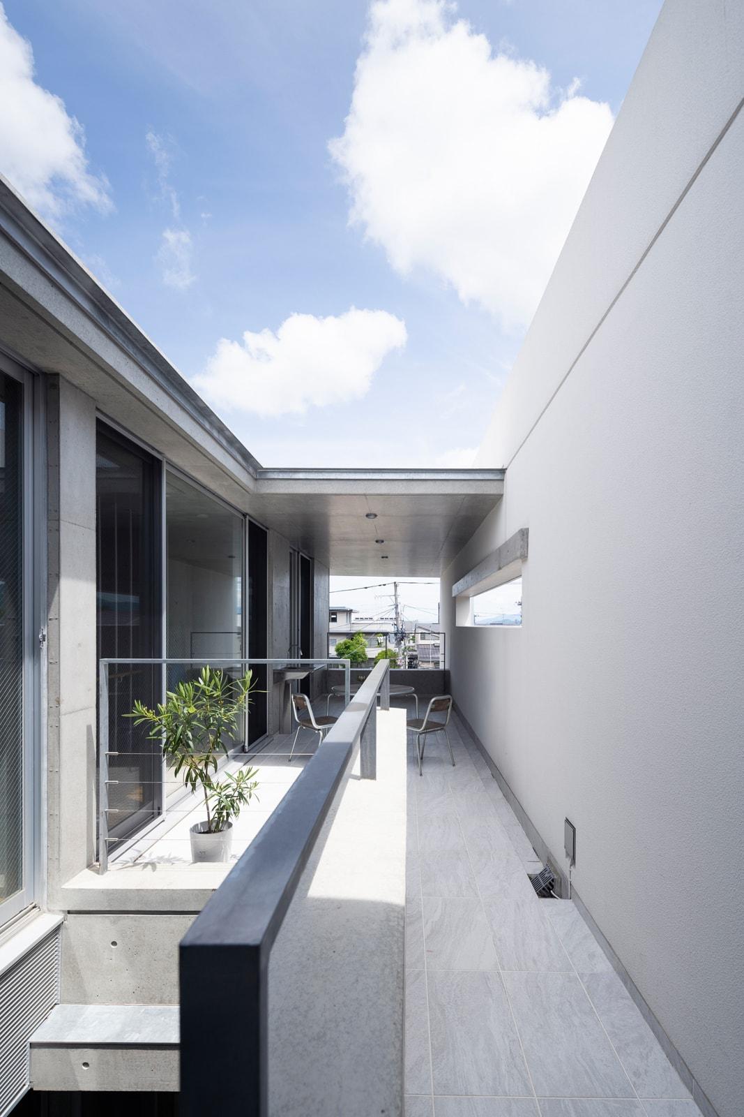 建物の細長い形状を利用してデザインされた広いテラス。部分的に屋根もあるので、季節や天候を問わず多目的に使いやすい