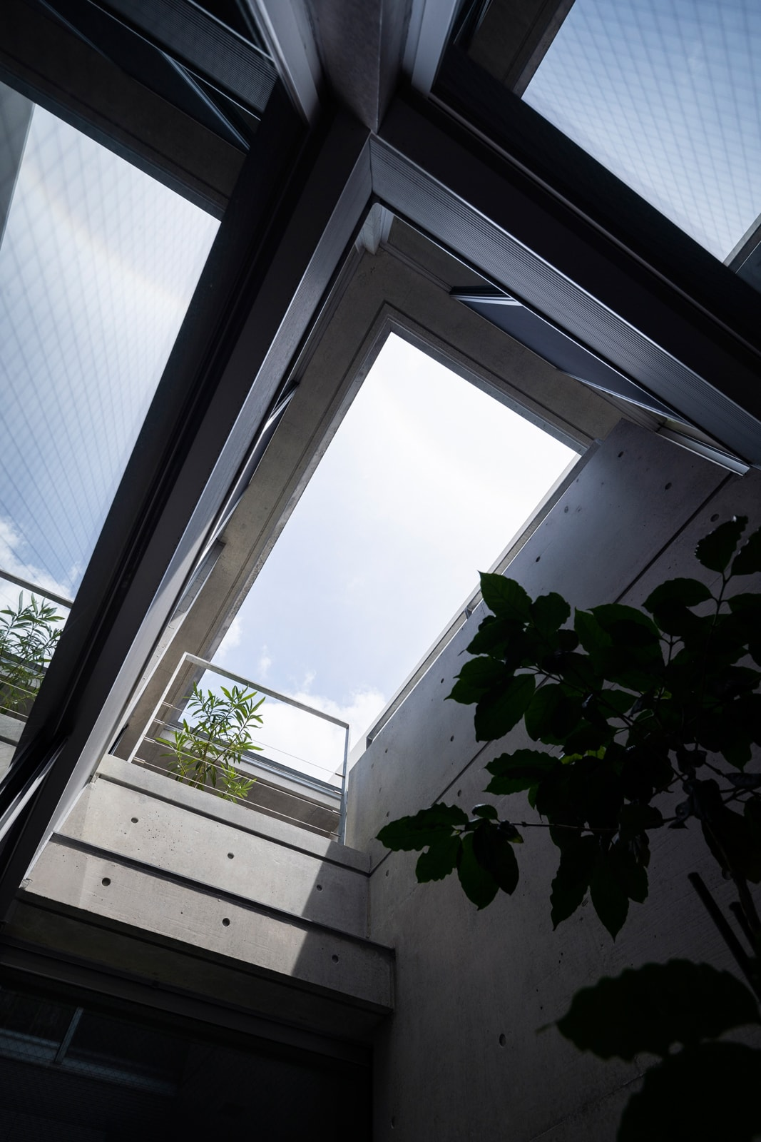 1階から空まで抜けた中庭のおかげで、建物全体が呼吸する快適な暮らしに。細長い建物の中にあって、中心部分に光をもたらす効果も