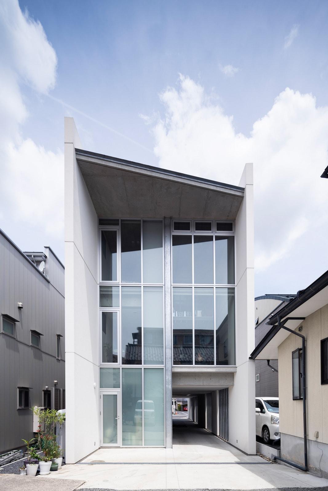 シャープなラインがひときわ目を引く3階建てRC住宅。外壁は内外ともに断熱塗装を施し、そのほかはコンクリート打ちっぱなし仕上げとなっている