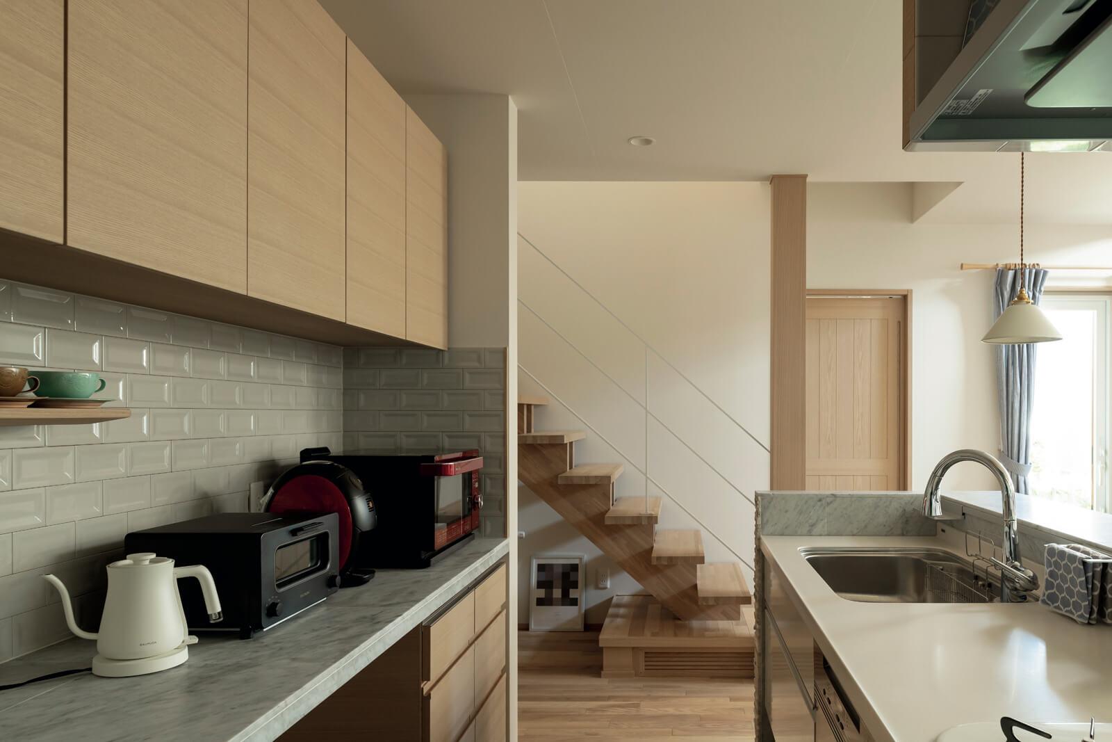 「キッチンで家事をしながらも、家族が2階に行ったことが確認できるんです。こういう些細なことも、暮らしやすさにつながるんですよね」と奥さん