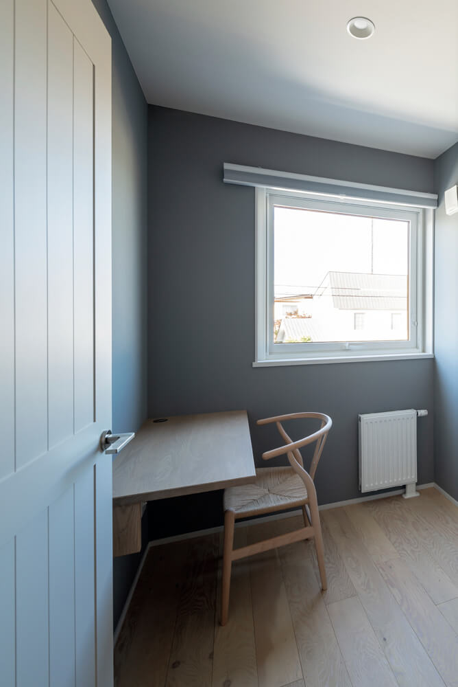 「壁は少し深いカラーで仕上げ、窓枠にもペイントするなど、書斎は結構冒険したんです」と笑顔のNさん
