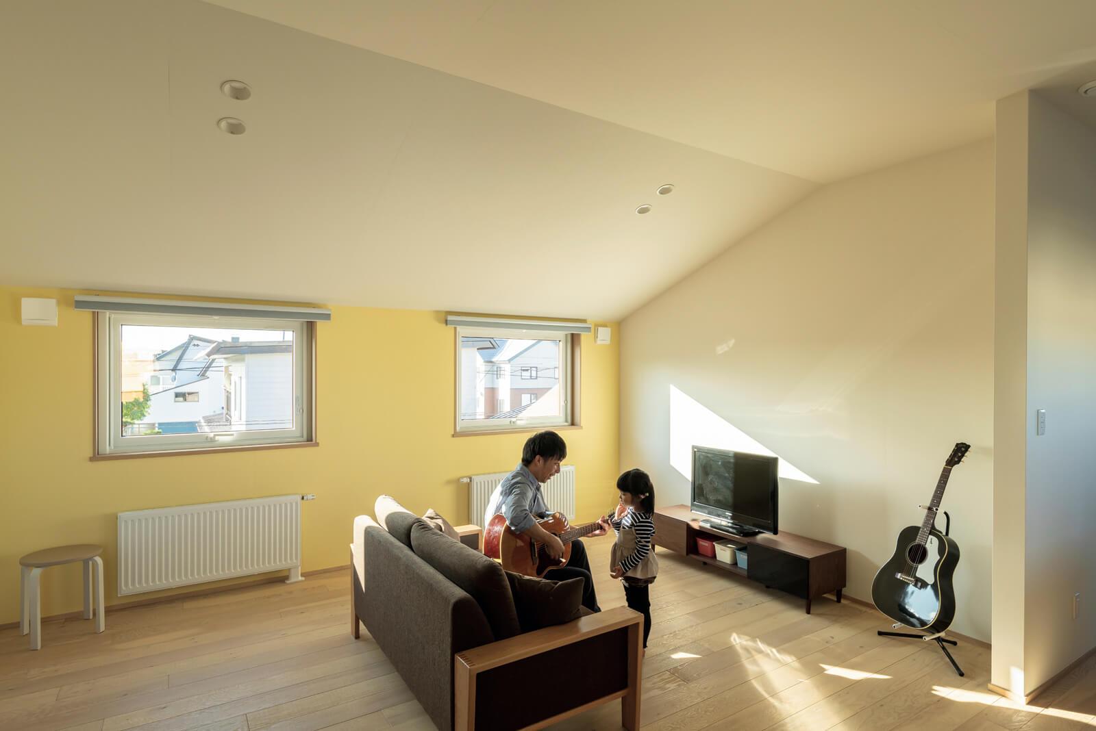 黄色いペイントが可愛い将来の子ども部屋。今はセカンドリビングとして活用中