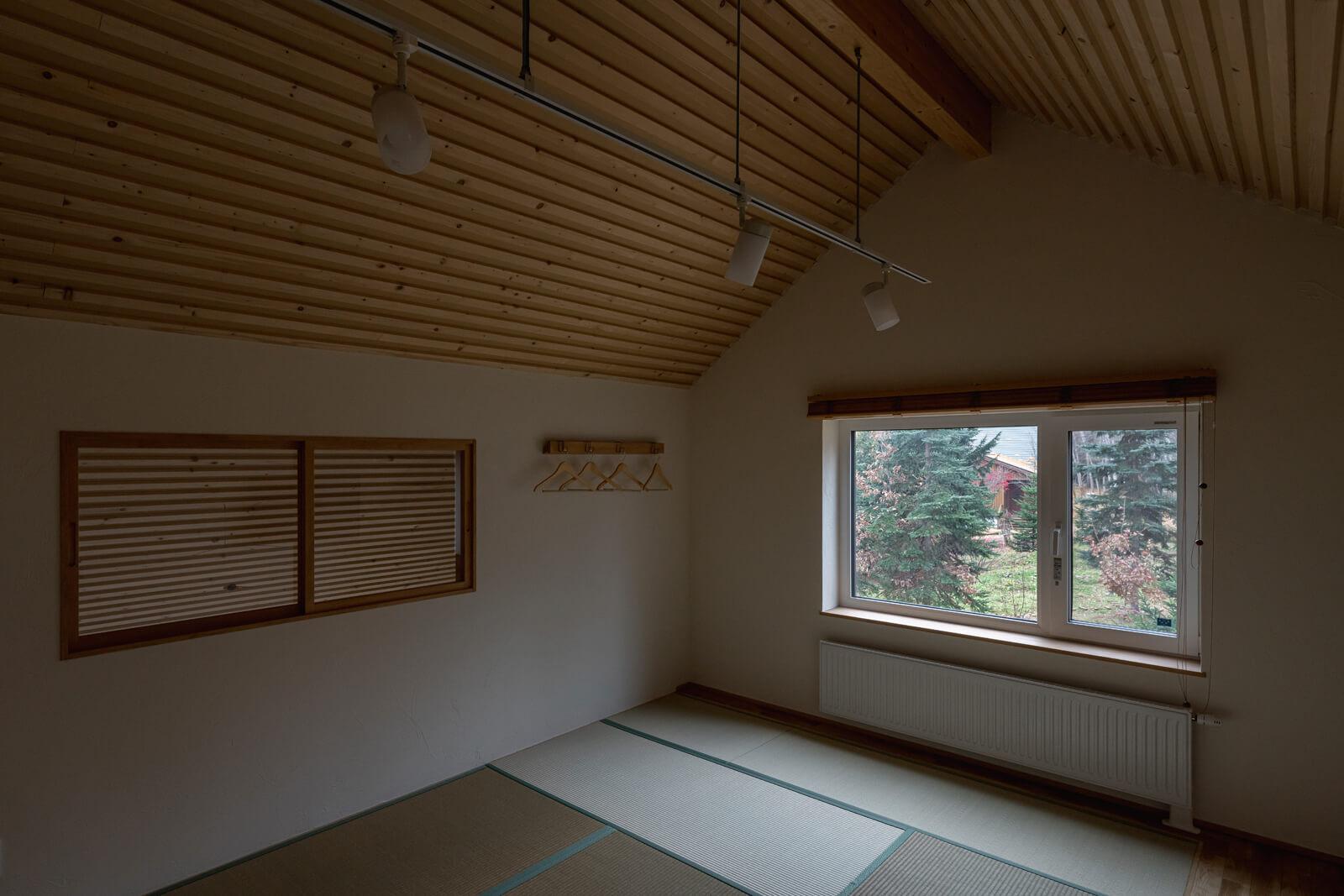 トドマツ材の屋根なり天井が心地よい2階のゲストルームは10畳の和室仕様