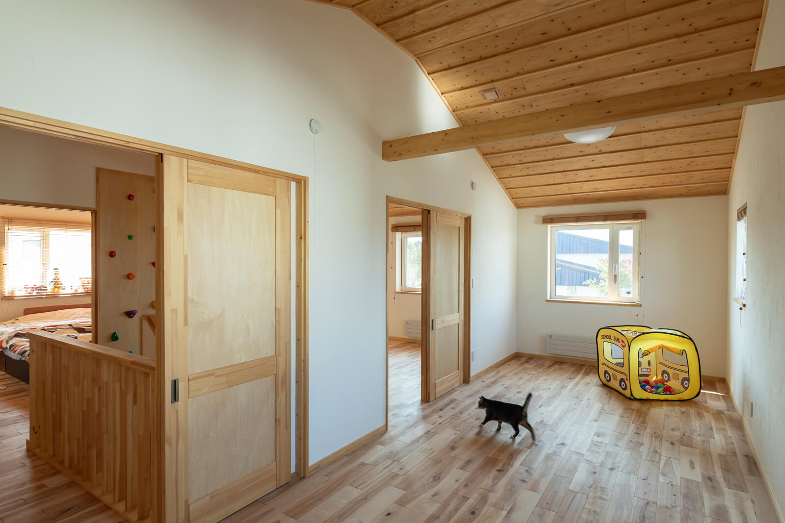 子ども部屋も無垢材で統一。将来は木梁の部分で2部屋に区切ることができる