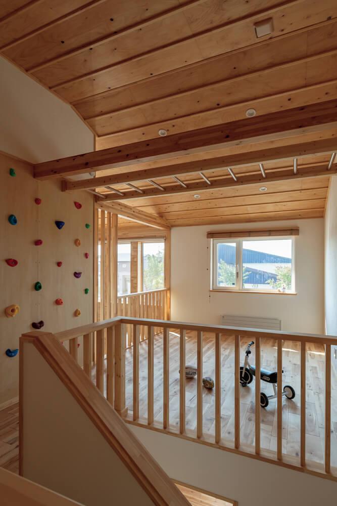 2階のホールはフリースペースとして使い方の幅が広がるつくり。ウォールクライミングができる壁もアクセントに