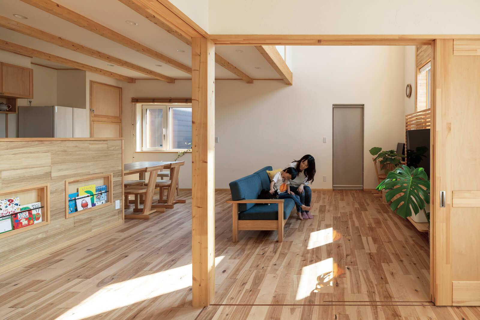客間にもなる洋室から見たリビング。ソファを中心に集まっても、育ち盛りの子どもたちが自由に動ける広さ