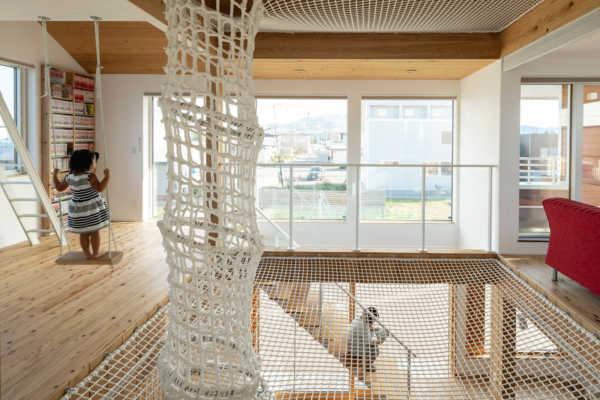 子どもも大人も立体的に空間を楽しめる自然素材の住宅