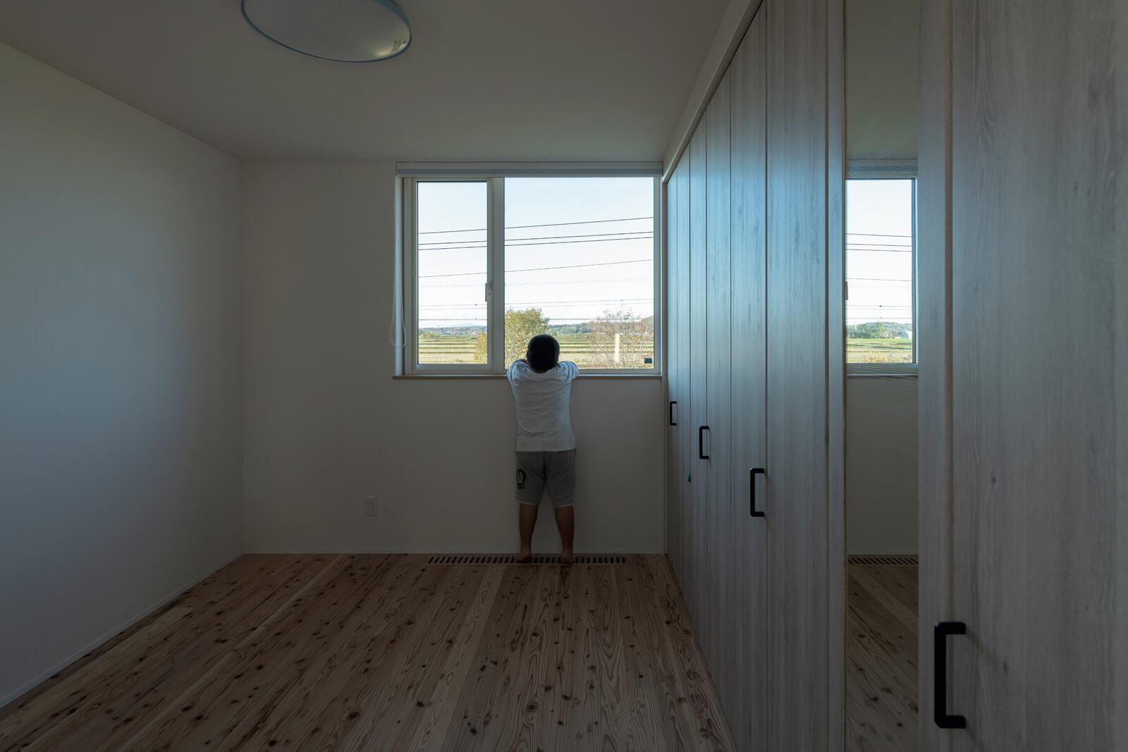 2階の洋室は子ども部屋に。窓の向こうに深川の豊かな自然が広がる