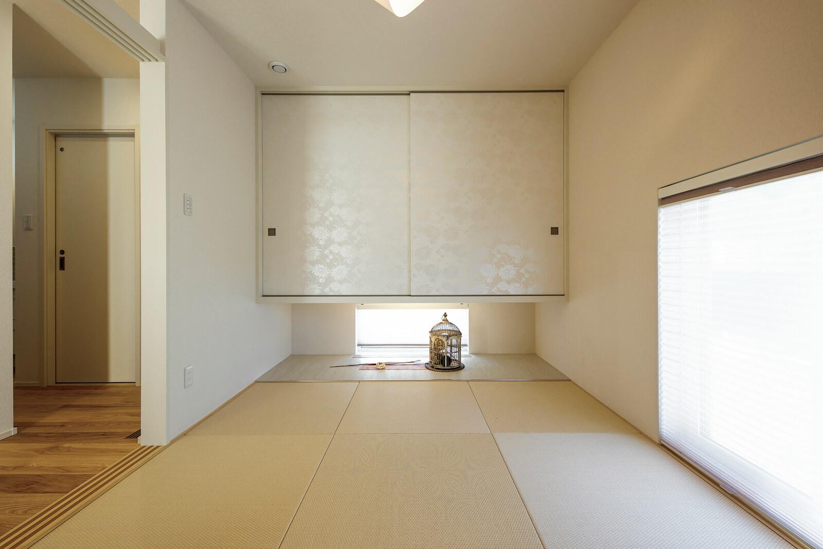 客間としても機能する6畳の和室。床の間の床板に大理石調のタイルを取り入れるなど、細部にまでこだわりが感じられる