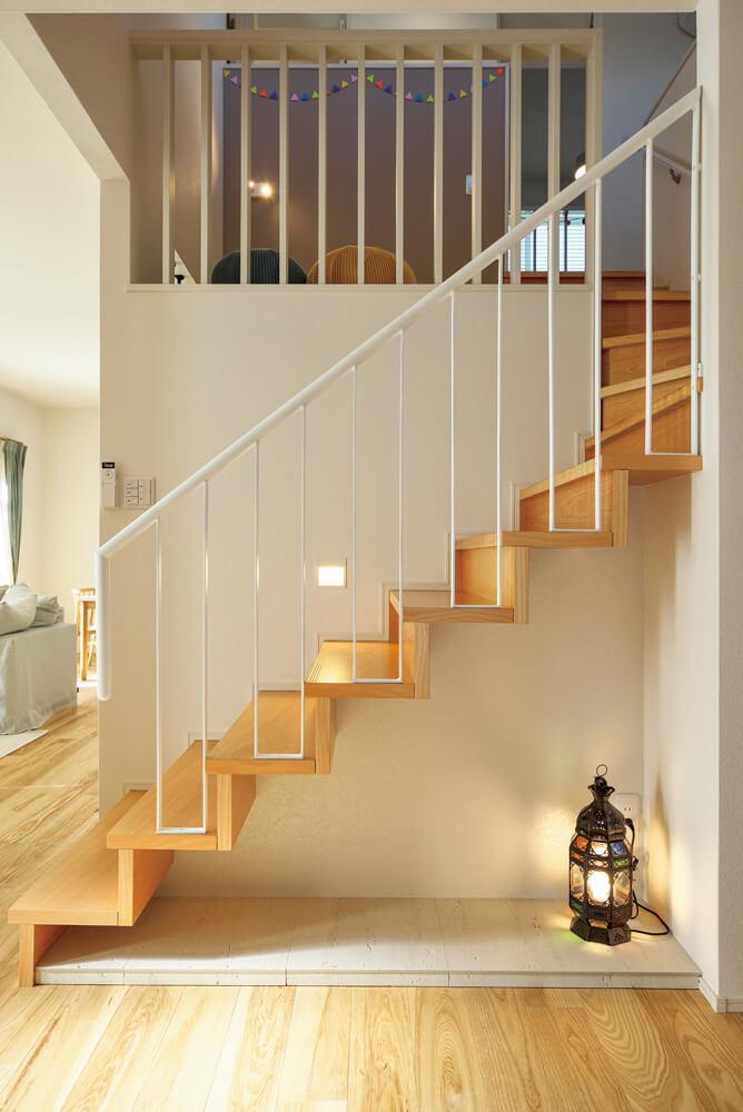 階段を上ると中間地点に現れる「ヌック」。心地よい隠れ家スペースとして、最近取り入れる家も増えてきている