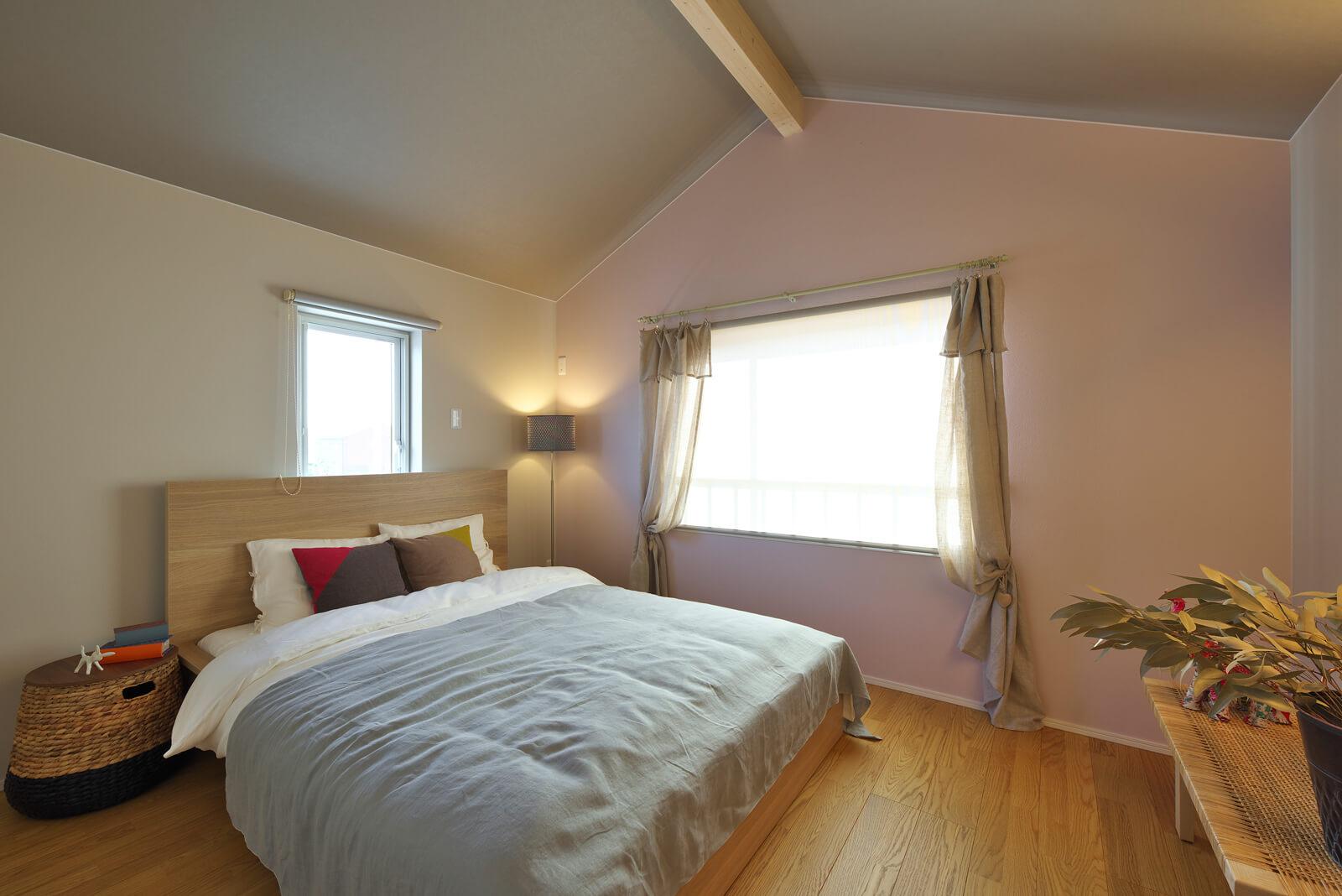 屋根なりの勾配天井で開放感を演出した主寝室