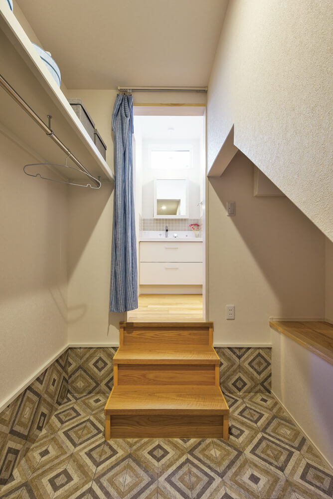 階段下を利用した広々収納。高さもあり、収納力は抜群だ
