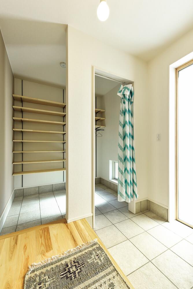 メイン玄関とは別に、収納付きのファミリー用玄関を設けたプランは、来客の多い家庭に人気だ