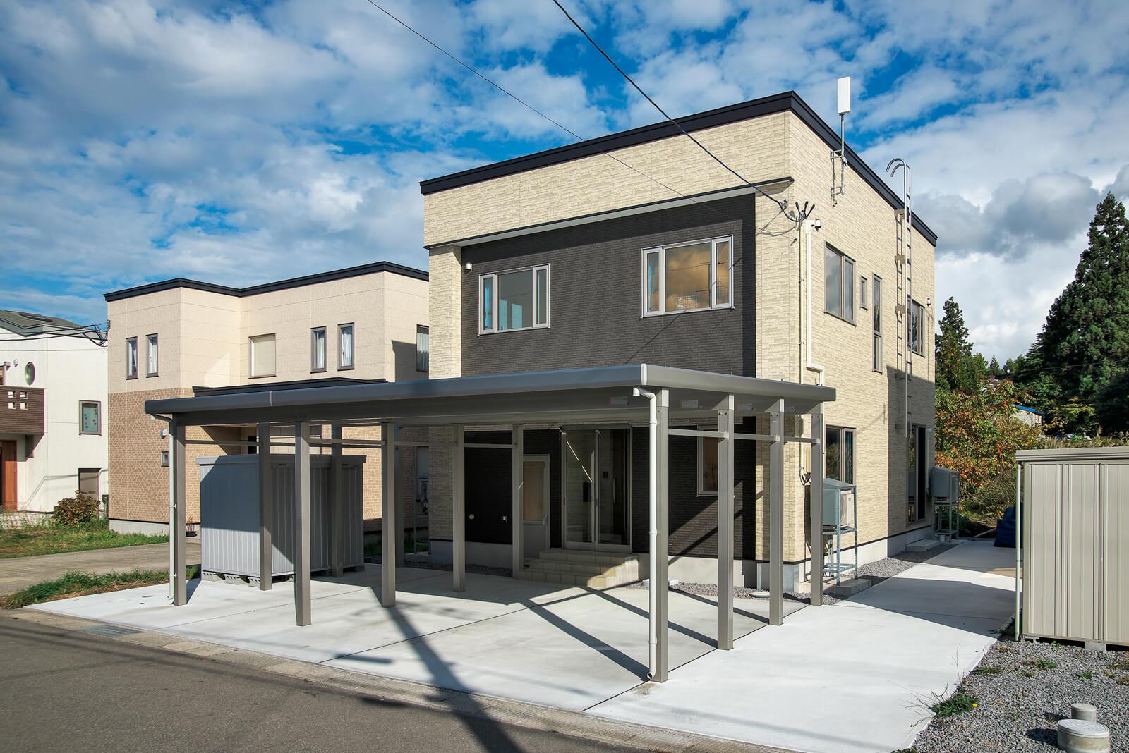 青森市郊外の住宅地に建つSさん宅。来客用の駐車場と菜園スペースも確保してある