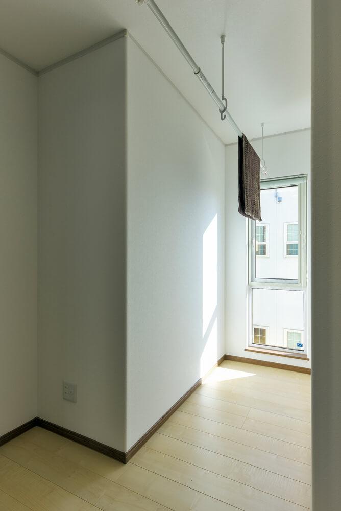 2階ホールの南側に設けた室内物干しスペース。日中は奥までたくさんの光が届き、室内を明るく照らす
